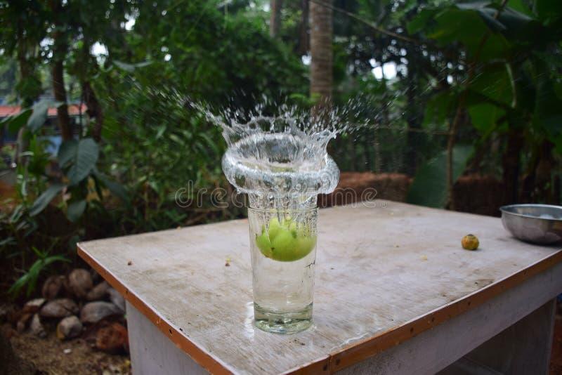 Вода брызгая от стекла стоковая фотография