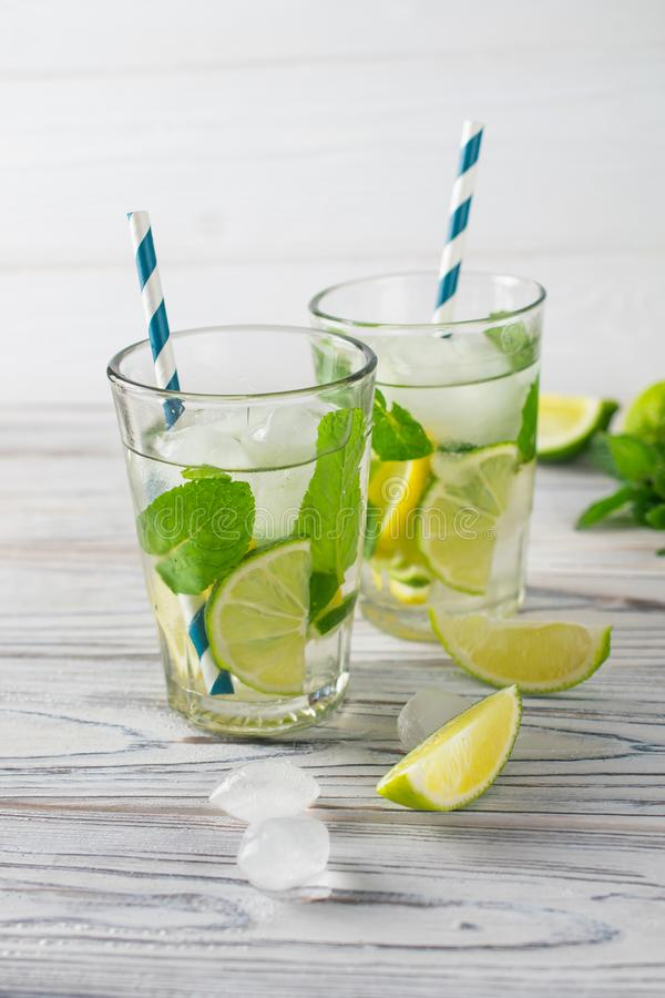 Вода вытрезвителя лета здоровая органическая освежая с лимоном, известкой и мятой стоковое изображение