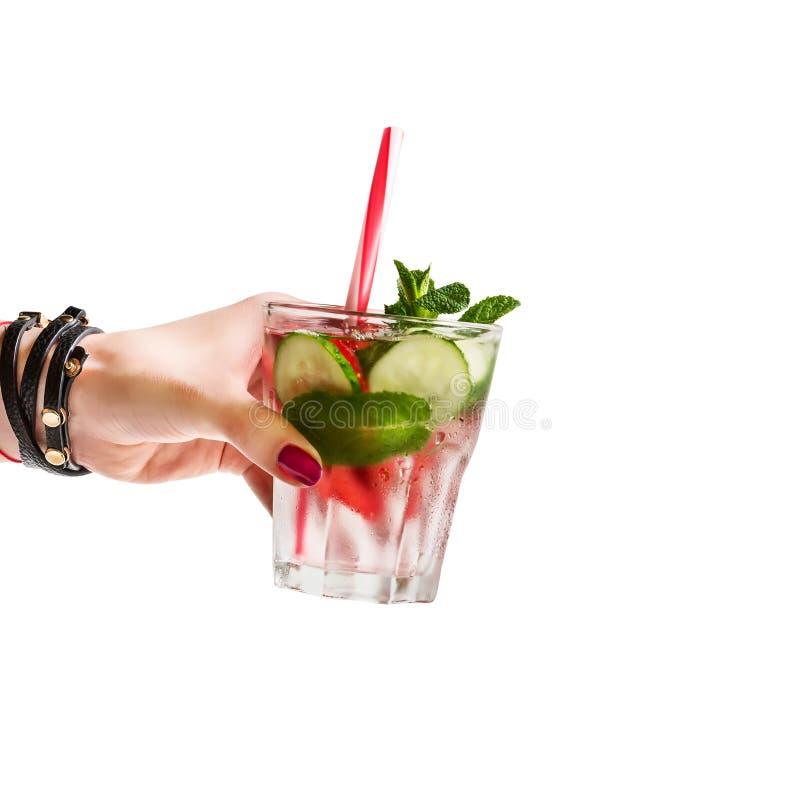 Вода вытрезвителя с клубникой мяты огурца в женской руке на белой предпосылке изолировано Концепция здорового питания Здоровый l стоковое изображение rf
