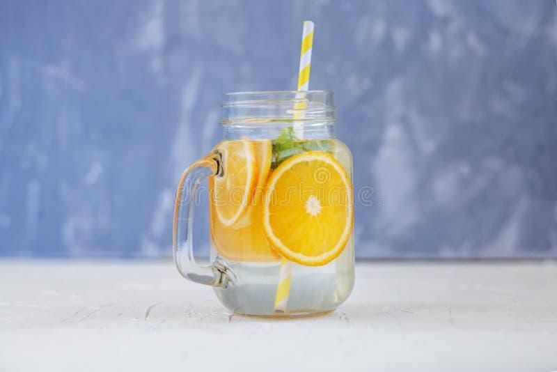 Вода вытрезвителя с лимоном, апельсином и мятой Стеклянные опарник и tubule Th стоковые фотографии rf