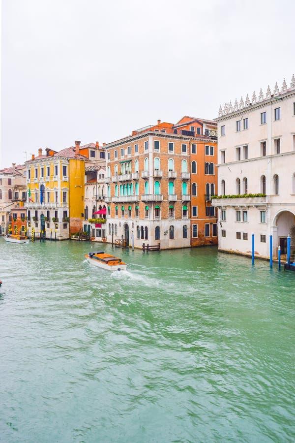 Вода ездит на такси такси плавая на воде между зданиями в большом канале, Венеции, Италии стоковое изображение rf