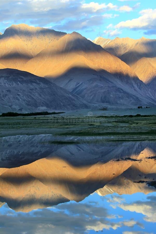 вода захода солнца отражения гор стоковые фото