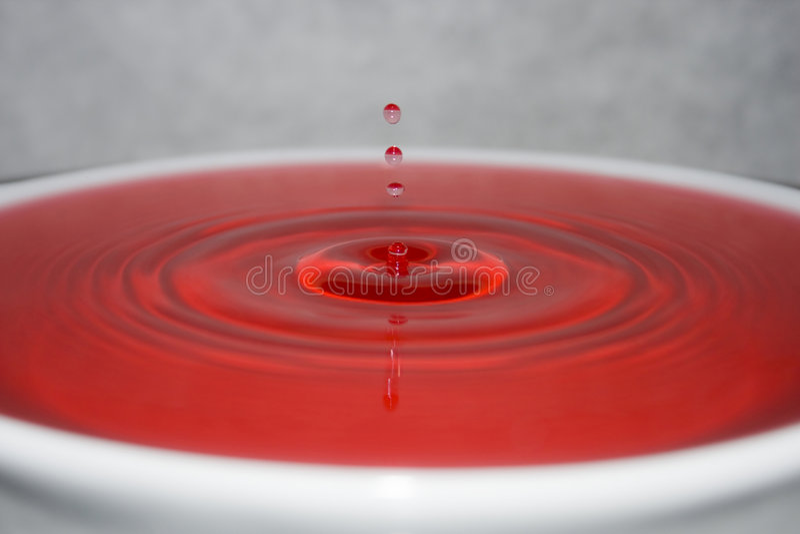 Download вода капельки красная стоковое изображение. изображение насчитывающей волна - 6862777