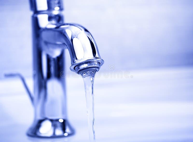 вода крана пропуская самомоднейшая стоковое изображение