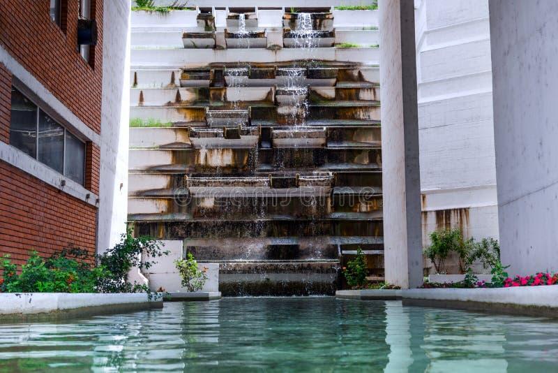 Вода курорта здоровая и искусственное здание водопада в курорте стоковая фотография rf