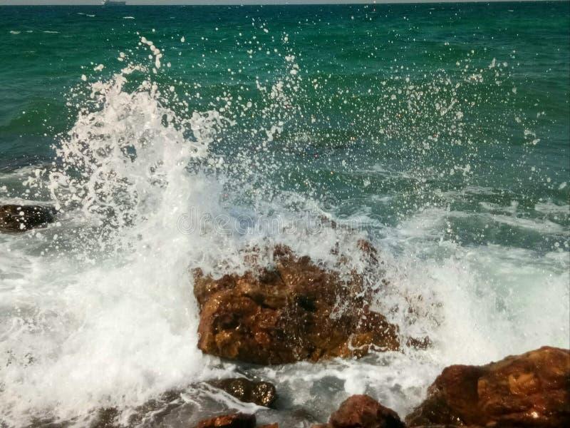 Вода на утесе стоковые изображения rf