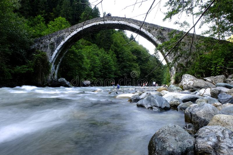 Вода под мостом камня свода стоковые фотографии rf