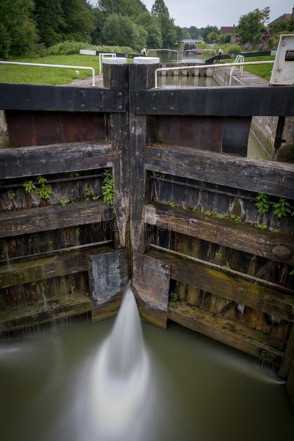 Вода просачиваясь до конца ворота на замке на канале стоковое изображение rf