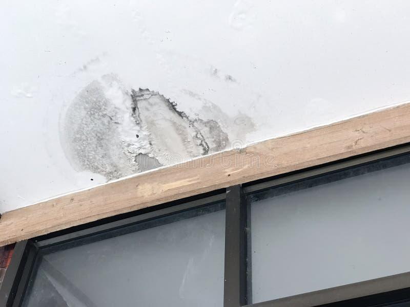 Вода протекая на дом потолка стоковые фото