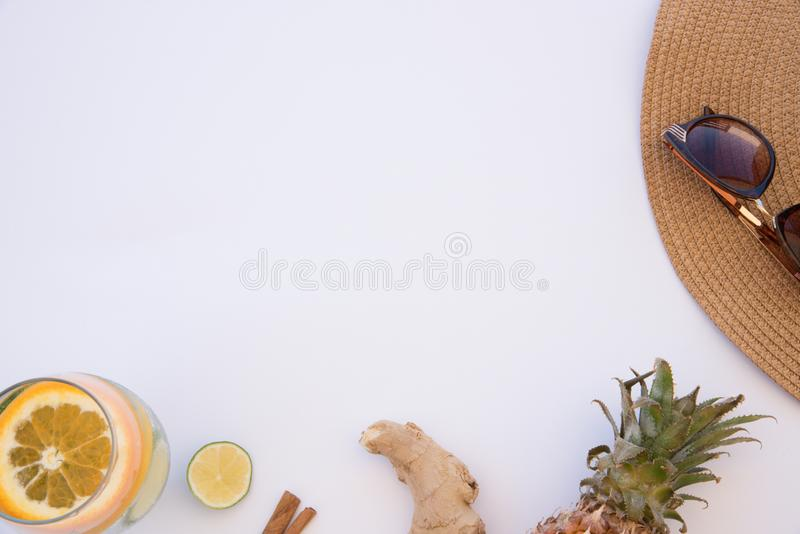 Вода с детоксивом для жарких летних дней с имбирём, ананасом, корицей и  стоковое изображение