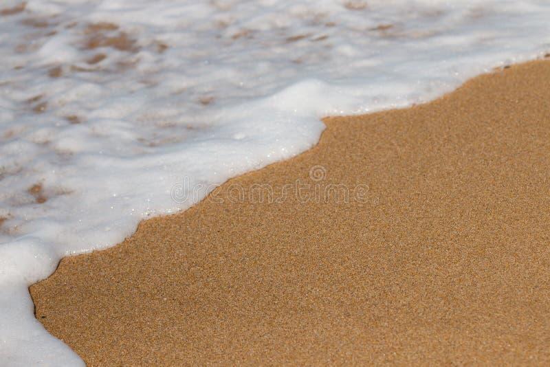 вода ‹â€ ‹â€ моря и золотой песок встречают стоковые фотографии rf