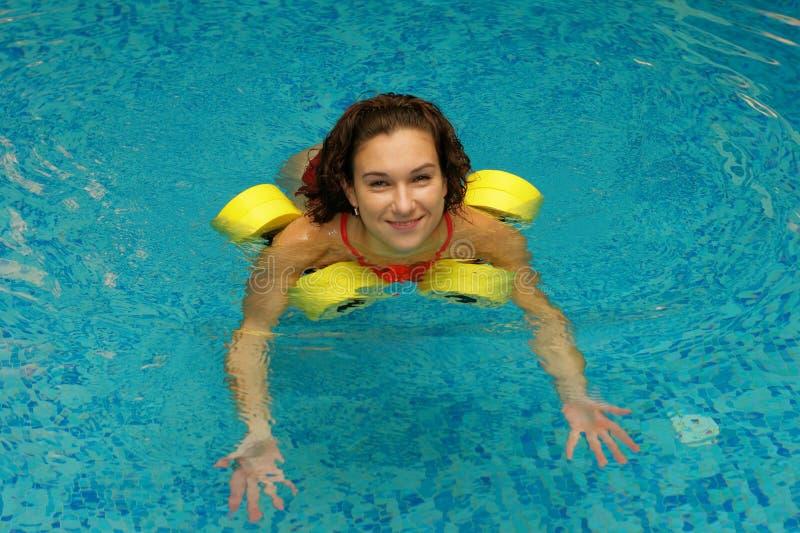 Download вода dumbbels брюнет стоковое фото. изображение насчитывающей спорты - 6857192