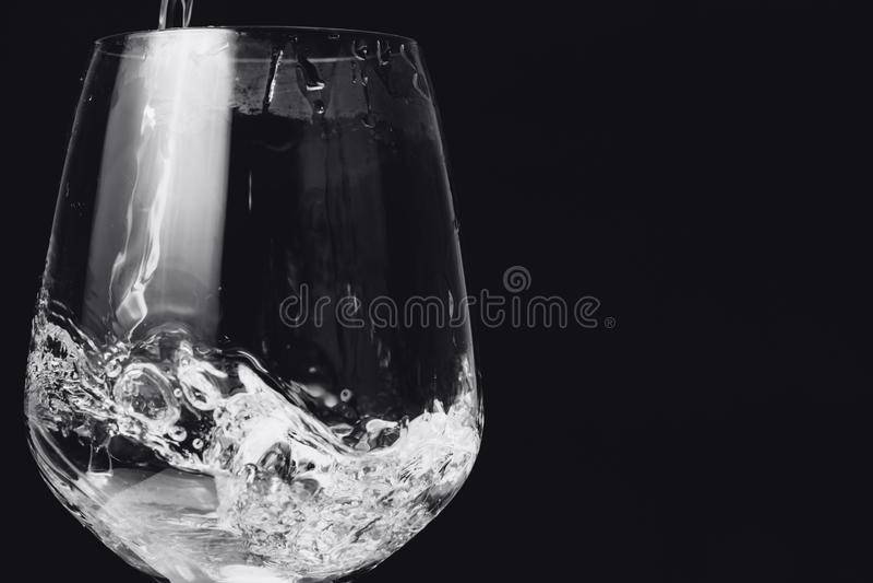 Вода Rinse в стекле на черноте стоковые изображения