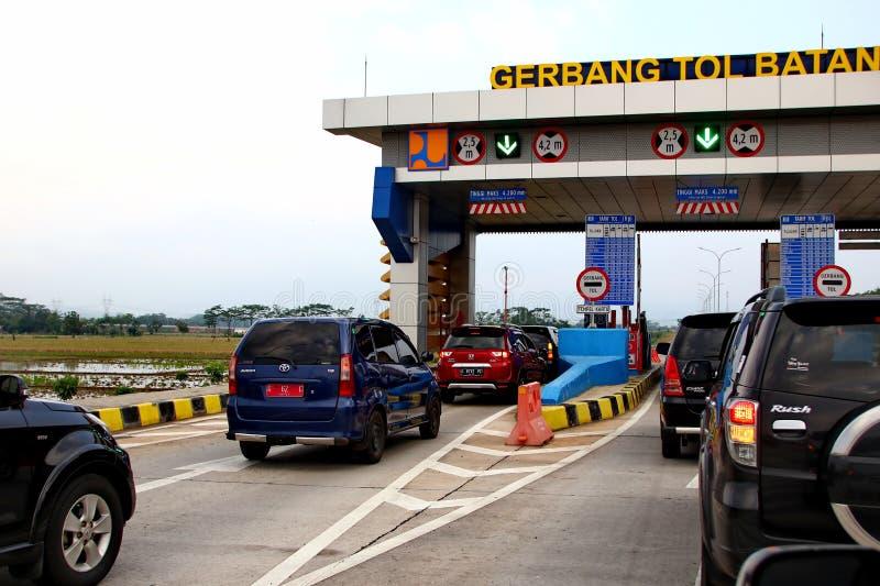 Водители автомобиля на входе платной дороги стоковое фото rf