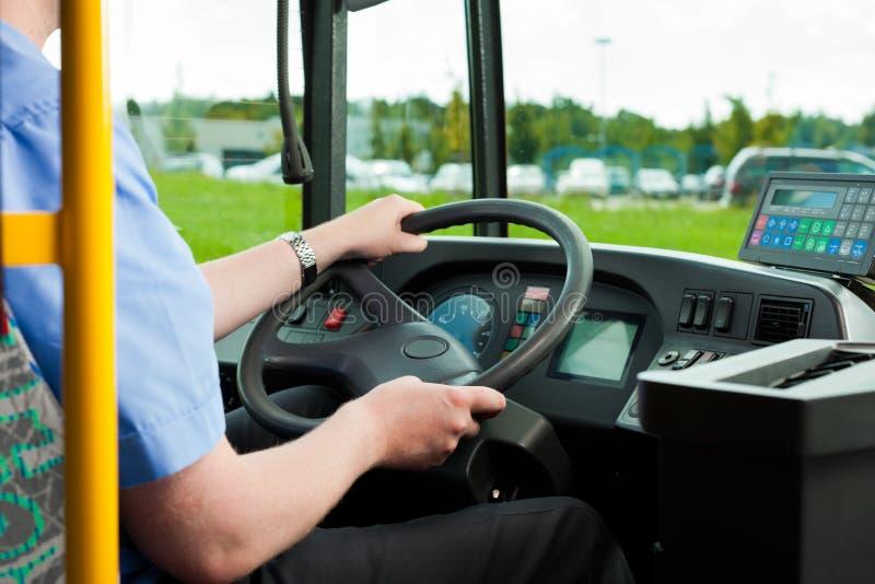 водитель автобуса его усаживание стоковое фото