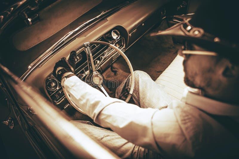 Водитель автомобиля с откидным верхом ковбоя стоковые изображения rf