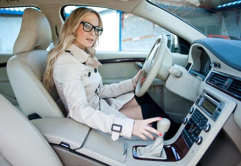 Водитель женщины в автомобиле стоковое изображение