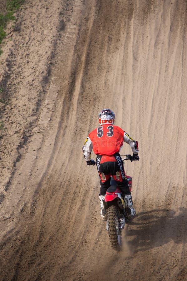 Водитель креста Moto управляя вверх по холму стоковая фотография rf