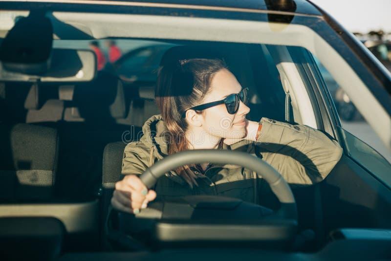 Водитель молодой женщины или девушки внутри автомобиля стоковая фотография