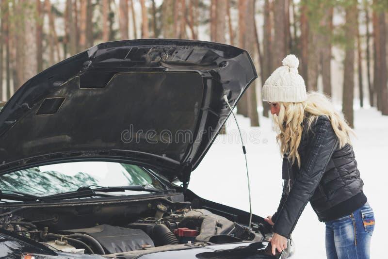 Водитель около черного автомобиля, проблема женщины автомобиля, wintertime стоковые фотографии rf