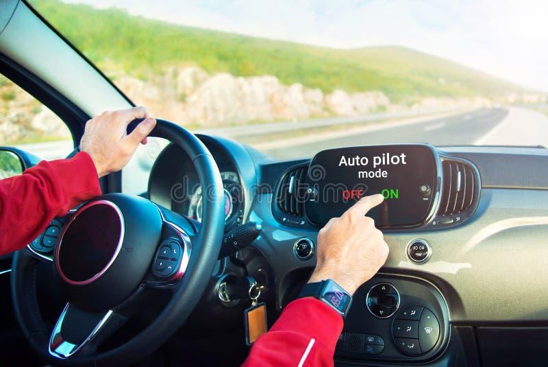 Водитель поворачивая дальше режим автопилота стоковые изображения rf
