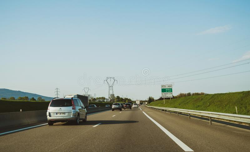 Водитель POV на переднем управляя фургоне автомобиля Citroen C4 стоковые изображения rf