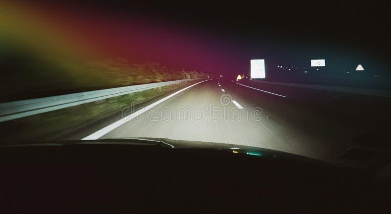 Водитель POV на dar шоссе загоренном светом стоковые фотографии rf