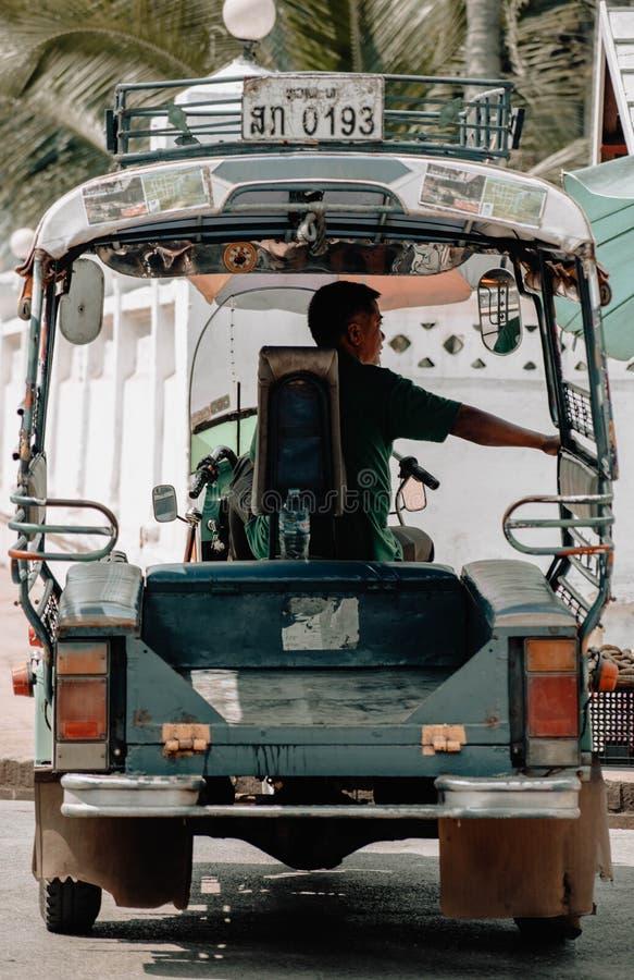 Водитель tuk Tuk ждать всадника стоковые изображения