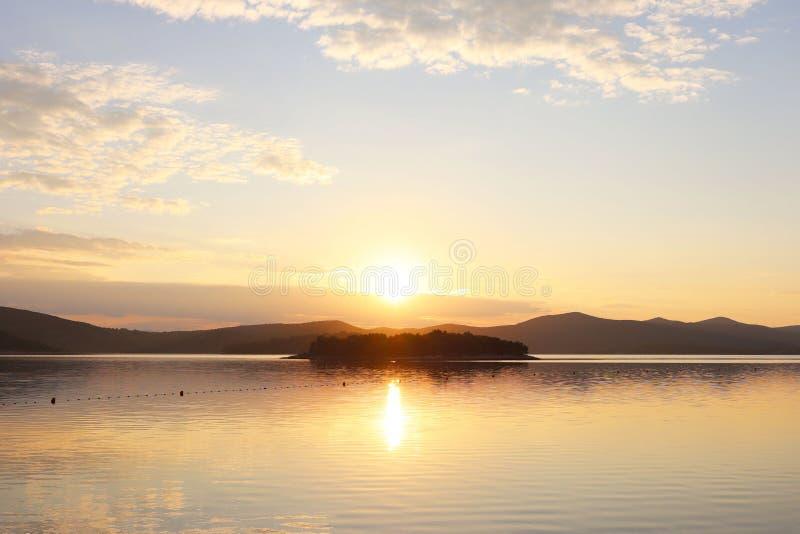 Водное пространство моря запланировано для купать отдыхающих ограженные с томбуями для безопасности Остатки на воде в раннем утре стоковое изображение