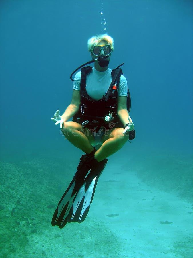 водолаз под водой невесомый стоковое изображение rf