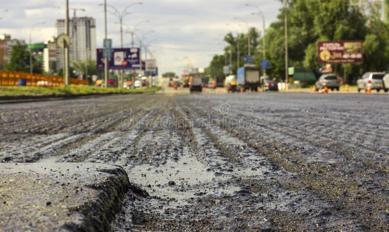 Водоналивная рытвина на заасфальтированной дороге стоковая фотография