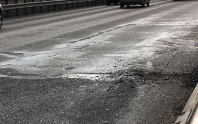 Водоналивная рытвина на заасфальтированной дороге стоковые фото