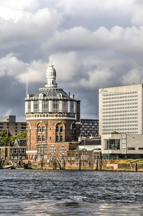 Водонапорная башня рекой стоковая фотография