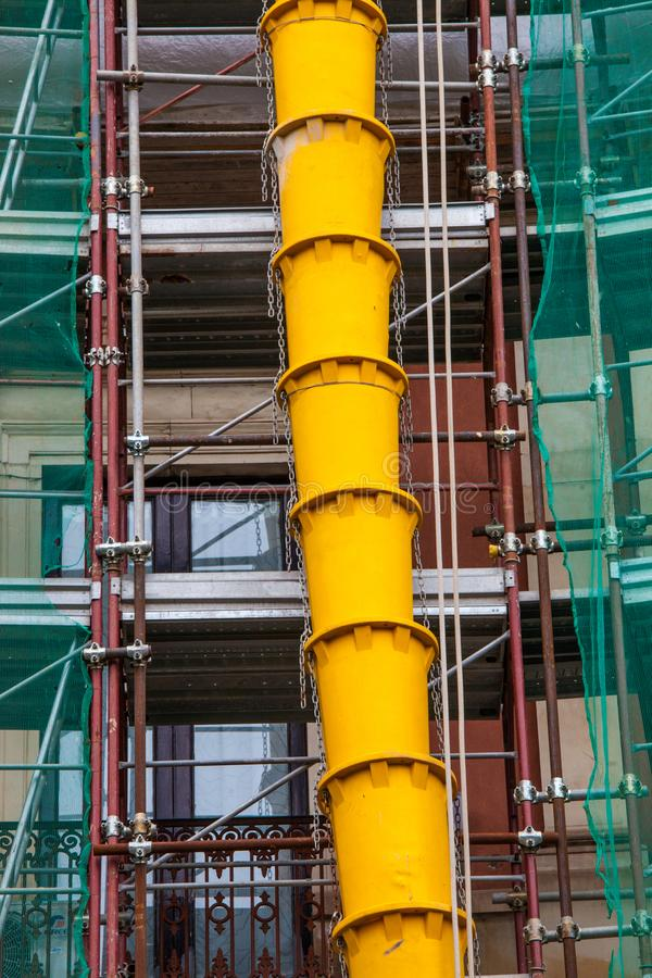 Водоотводные трубы щебня на внешнем façade здания под конструкцией или реновацией стоковые фотографии rf