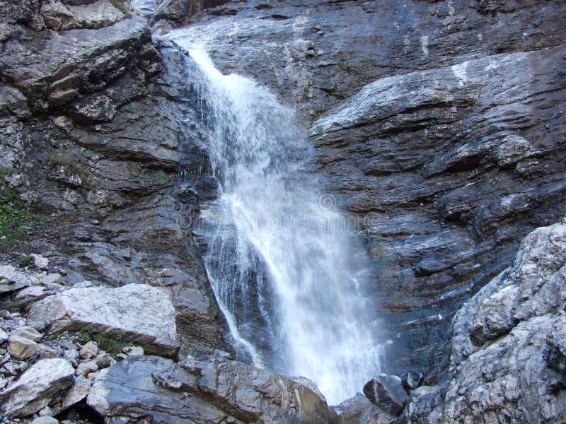 Водопады и каскады на восточном даннике озера Klontalersee стоковые изображения rf