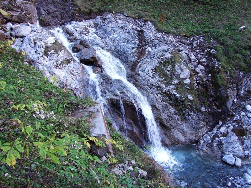 Водопады и каскады на восточном даннике озера Klontalersee стоковые фотографии rf