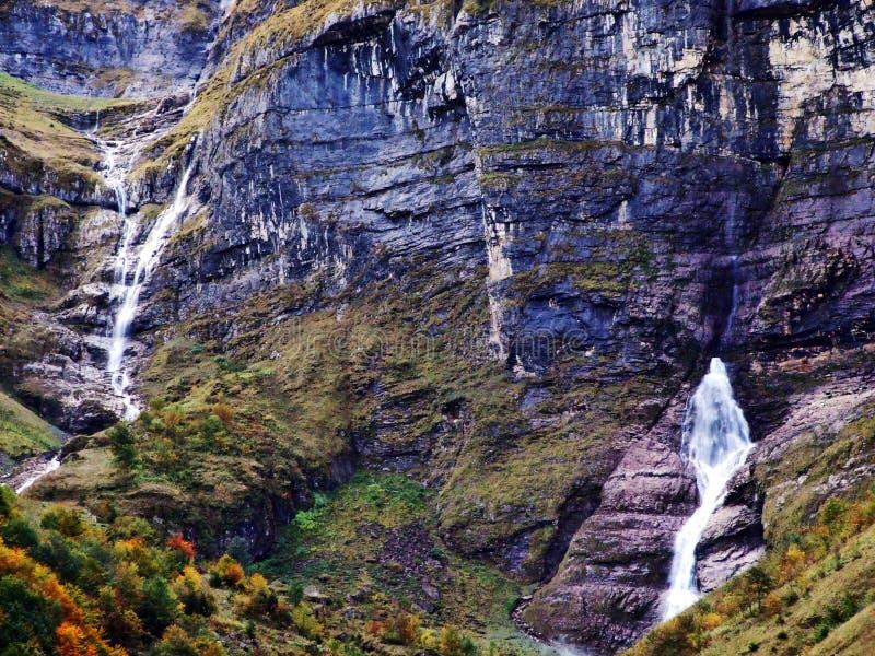 Водопады и каскады на восточном даннике озера Klontalersee стоковые изображения