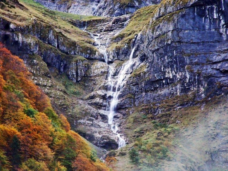 Водопады и каскады на восточном даннике озера Klontalersee стоковая фотография rf