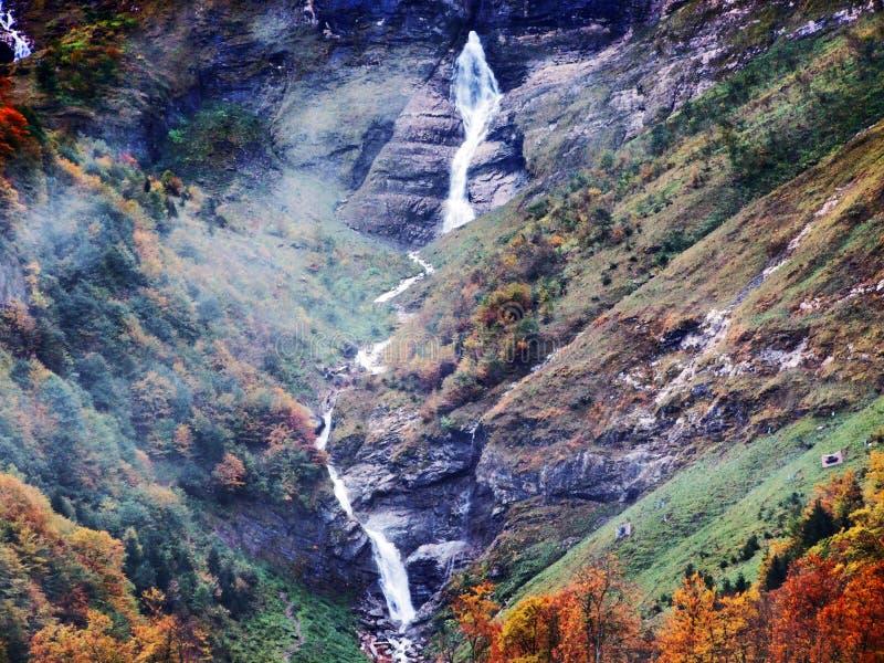 Водопады и каскады на восточном даннике озера Klontalersee стоковое изображение rf