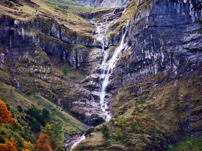 Водопады и каскады на восточном даннике озера Klontalersee стоковое фото