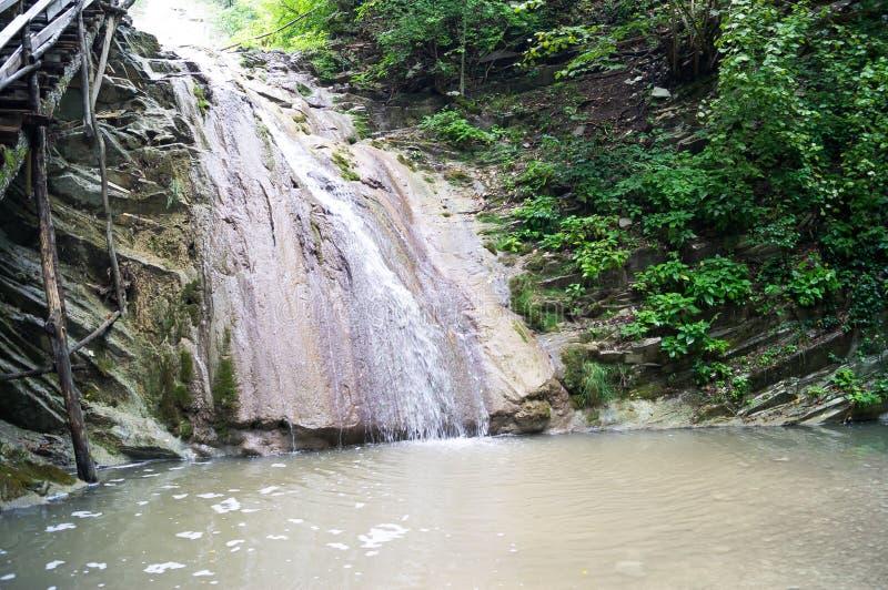 Водопады Кавказ Ландшафты горы Зеленые луга Горные пики Дорога к горам Дороги горы стоковые изображения