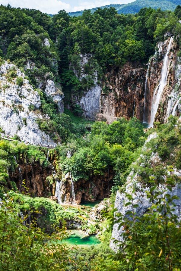 Водопады каскадов падая от утесов в древесинах Plitvice, национальный парк, Хорватия стоковые фото