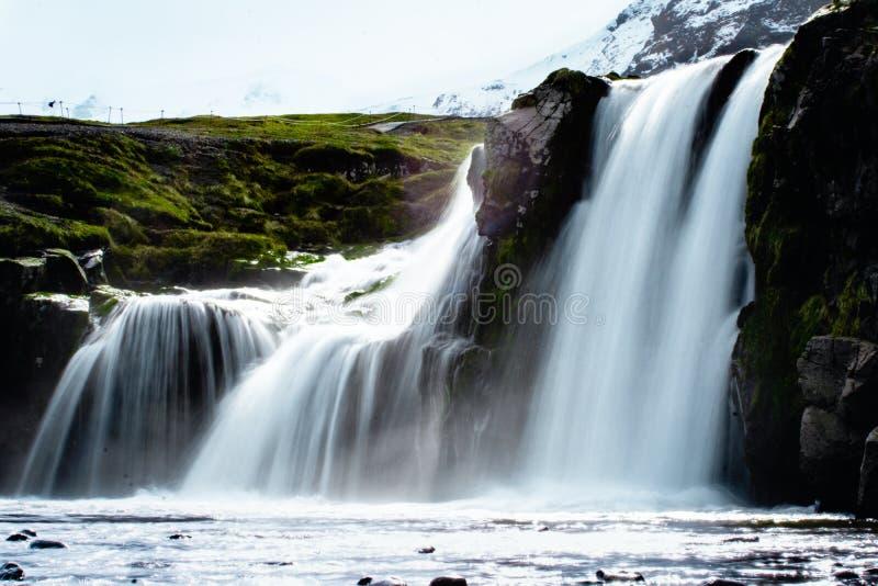 Водопады Kirkjufell популярные в Исландии стоковые фотографии rf