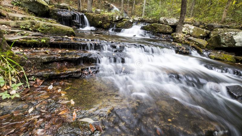 Водопад вдоль заводи Collins в Herber скачет Арканзас стоковое изображение rf