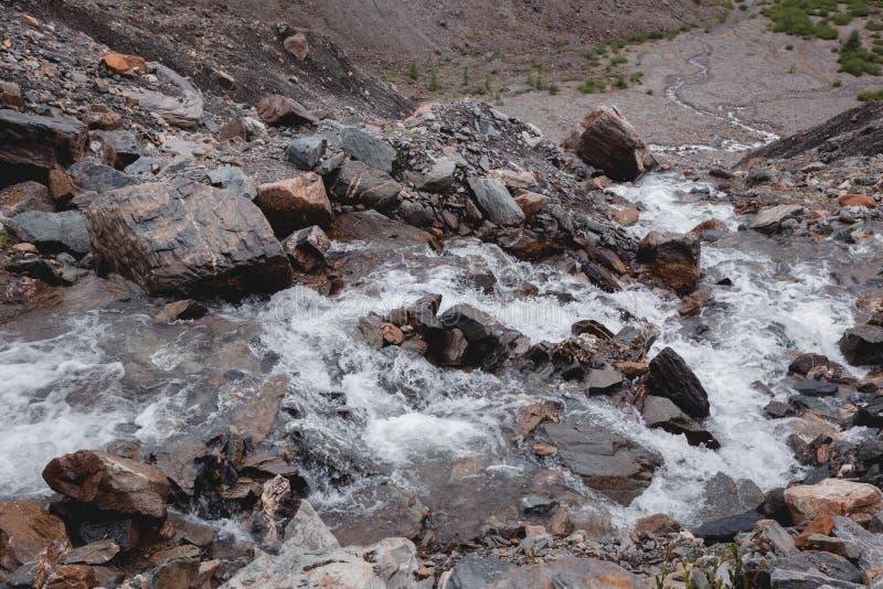 Водопад в высоком ущелье среди коричневых утесов и тумана гор Altai стоковые изображения