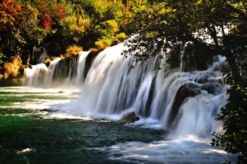 Водопад в лесе осени стоковые изображения