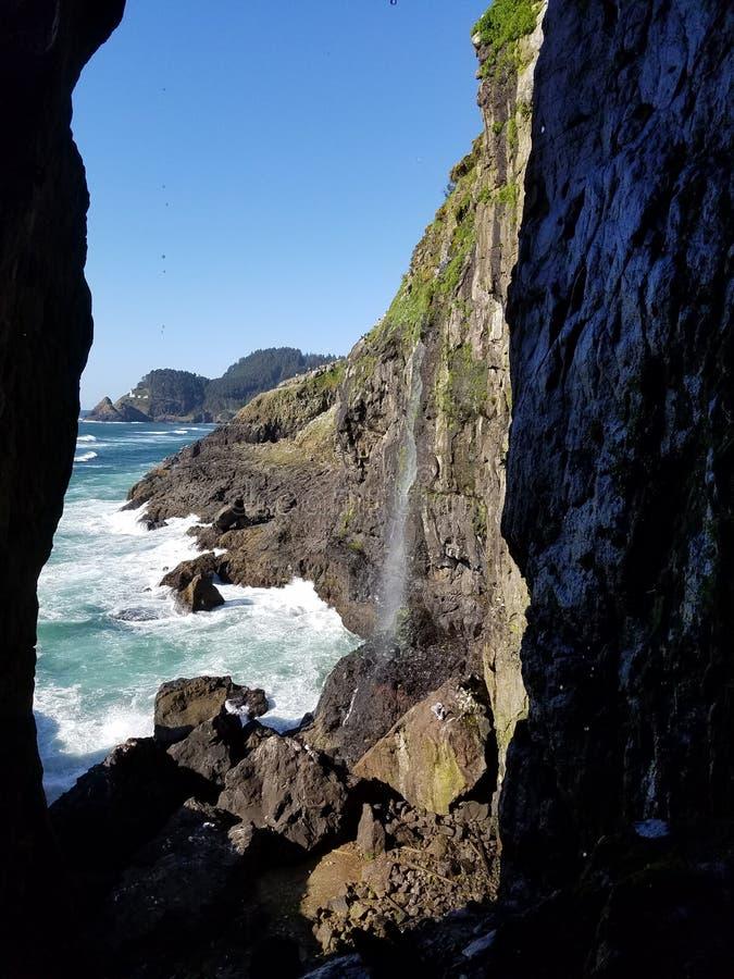 Водопад в океан Орегон стоковые изображения rf