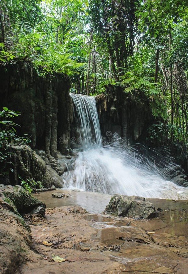 Водопад в падениях Erawan, расположенных в тропическом лесе на национальном парке Erawan, в провинции Kanchanaburi, Таиланд стоковые изображения