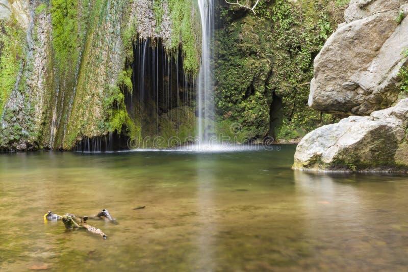 Водопад в ущелье Richtis на зиме, Крит, Греция стоковые изображения rf