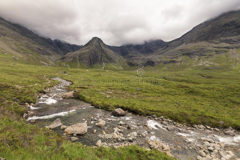 Водопад в фее складывает скалистый поток вместе на острове Skye стоковое фото rf